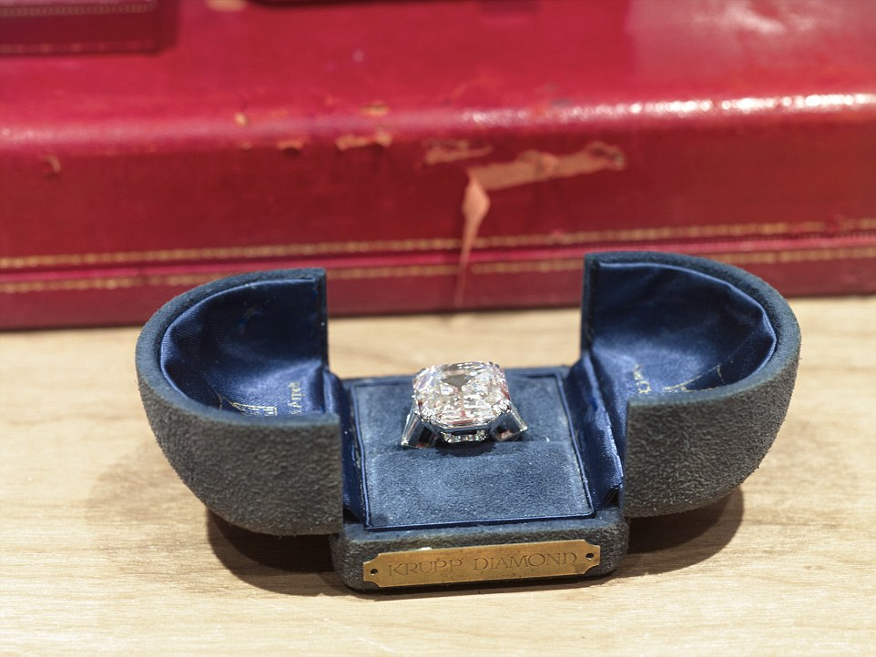 2C20C0EA00000578-3232750-Treasured_This_is_one_of_Taylor_s_many_engagement_rings_captured-a-51_1442360886619