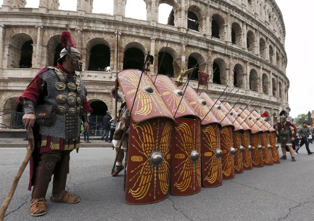 Members of the Gruppo Storico Romano (Roman Historical Group) dressed as centurions perform in front of Colosseum as they mark the 2769th anniversary of the founding of Rome, Italy, April 24, 2016. REUTERS/Alessandro Bianchi
